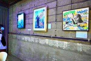 ルワンダの子どもたちが「写ルンです」で撮った写真を題材にした作品が並ぶ展示会=高松市常盤町1丁目