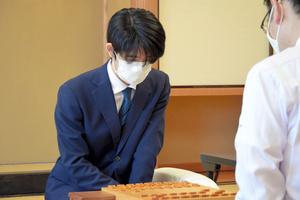 B級1組順位戦で木村一基九段(右)と対戦する藤井聡太三冠=2021年9月20日、東京・千駄ケ谷の将棋会館、日本将棋連盟提供