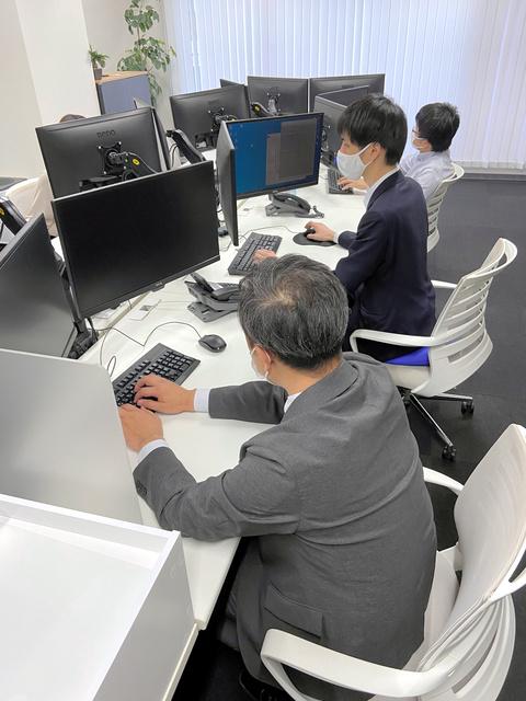 就職希望者のSNS投稿をチェックする企業調査センターの担当者たち=2021年3月12日、東京都千代田区、矢島大輔撮影