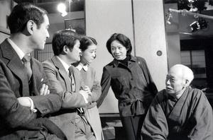 ドラマ「あ・うん」の出演者と一緒の向田邦子(右から2人目)