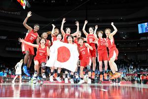 銀メダルを獲得し、喜ぶバスケットボール女子日本代表の選手たち