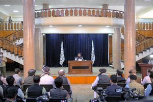 カブールで21日、記者会見するイスラム主義勢力タリバン報道担当のムジャヒド幹部=AFP時事
