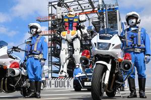 ガンダムの前で出発式に臨む隊員=2021年9月21日午前9時58分、横浜市中区、土居恭子撮影