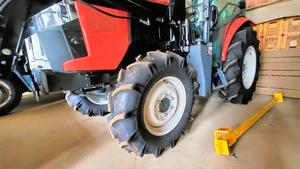 トラクターの横に置かれた盗難防止用の鉄製の棒。両輪のホイールの穴に通して盗難を防ぐ=JA全農いばらき提供