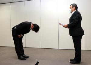原子力規制委員会に報告書を提出する東京電力の牧野茂徳・常務執行役(左)=2021年9月22日午後4時6分、東京都港区、内田光撮影