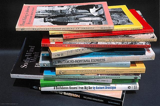 ペーパーバックの読書は今も。近年のお気に入りはナオミ・ヒラハラの「庭師マス・アライ」シリーズ=片岡さんの写真集『私は写真機』から
