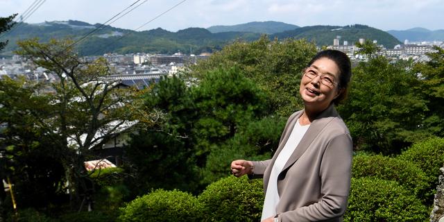 自宅そばのお寺の階段から、市街地を望む。「縁日で孫たちと年1回来ます」。孫が成長したころには、過労死のない社会が実現していてほしいと願う=京都市伏見区