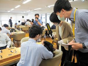 対局途中に入室し、棋士の手荷物の中身を確認する日本棋院職員ら=23日、東京・市ケ谷の日本棋院
