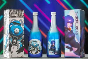 SFアニメ「攻殻機動隊」がデザインされた焼酎。右は主人公・草薙素子を描いた酒かす焼酎。左はAIロボット「タチコマ」を描いた芋焼酎(提供:(C)士郎正宗・Production I.G/講談社・攻殻機動隊2045製作委員会)