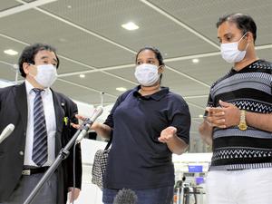 スリランカに向けての出発前に取材に応じるワヨミさん=2021年9月23日午後7時39分、千葉県成田市の成田空港、北野隆一撮影