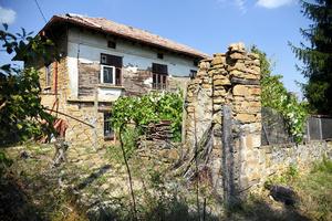 ブルガリア中部、村民がいなくなったバラレヤ村の廃屋。時折人が手入れするのか、庭の草木が刈られた形跡があった=13日、疋田多揚撮影