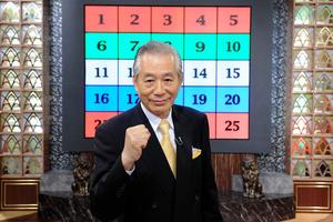 初代司会者を務めた児玉清さん。拳を握っての「アタックチャンス」が決めぜりふだった=ABCテレビ提供