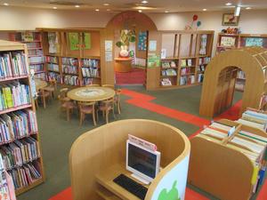 事例集に掲載されている奈良市立北部図書館の写真。円卓閲覧机やトンネル型書架など、子どもたちに楽しい空間配置になっている=提供