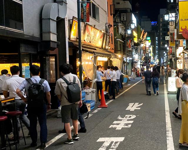 東京・新宿の繁華街では要請に応じず午後8時以降も営業を続ける店が見られた=2021年8月6日、東京都新宿区