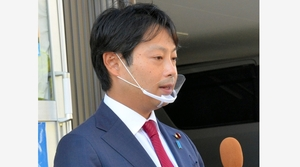 事務所前で取材に応じた石崎徹氏=24日、新潟市中央区
