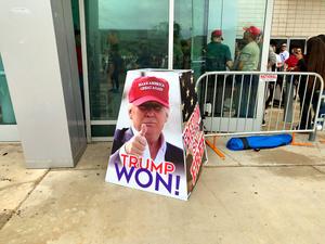 アリゾナ州の監査を支持する集会に設置された「トランプは勝った」と書かれた看板=7月24日、アリゾナ州フェニックス、大島隆撮影