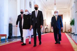 米ホワイトハウスで24日に開かれた日米豪印4カ国(クアッド)の首脳会議で、会場に向かう(右から)菅義偉首相、バイデン米大統領、インドのモディ首相、豪州のモリソン首相=AP