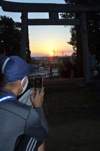 鳥居の真ん中を太陽が昇っていった=2021年9月23日午前5時50分、浜松市東区半田町の六所神社