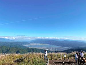 高ボッチ高原の展望台からは諏訪湖が一望できる。雲がなければ富士山の雄姿も
