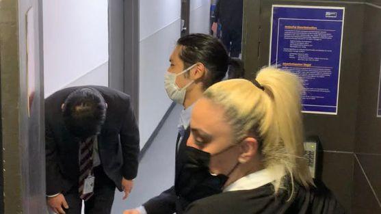 日本に帰国するため、関係者通用口から入る小室圭さん(中央)=2021年9月26日午前11時32分、米ニューヨークのケネディ国際空港、藤原学思撮影
