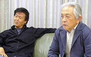「ミステリマガジン」誌で小鷹信光さん(右)と対談。共に誌面で腕をふるった=2008年、早川書房提供