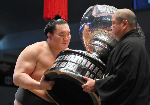 大相撲名古屋場所の表彰式で、内閣総理大臣杯を受け取る白鵬(左)=恵原弘太郎撮影