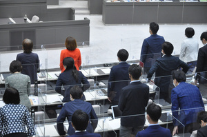 可決された木下富美子都議に対する辞職勧告決議。奥にある木下氏の席は不在だった=2021年9月28日午後1時41分、東京都新宿区の都議会