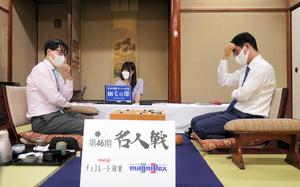 対局中の井山裕太名人(左)と一力遼挑戦者=2021年9月28日、神奈川県箱根町、迫和義撮影