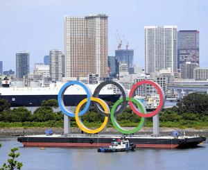 オリンピックシンボルの撤去の準備の様子=2021年8月11日午前10時1分、東京都港区、代表撮影