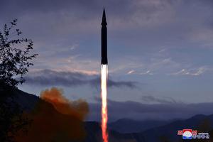 北朝鮮の慈江道龍林郡(チャガンドリョンニムグン)で2021年9月28日午前に試験発射された極超音速ミサイル「火星8」。朝鮮中央通信が配信した=朝鮮通信