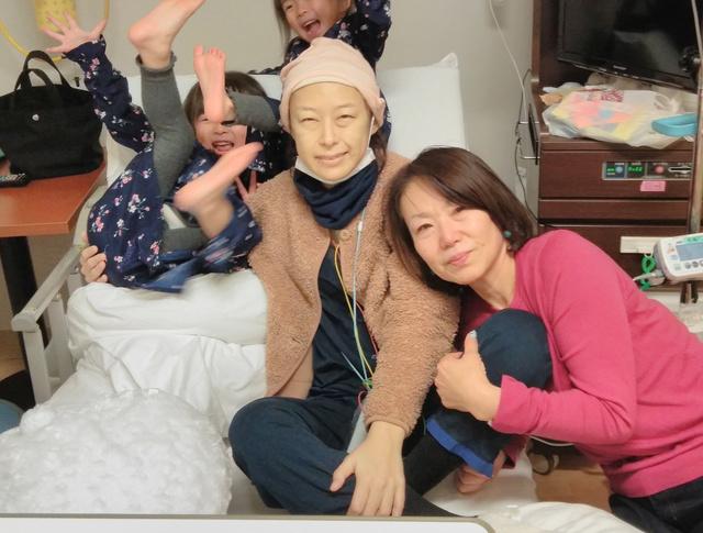 病室で両親と一緒に泣いた後、写真を撮った=2020年1月10日、家族提供