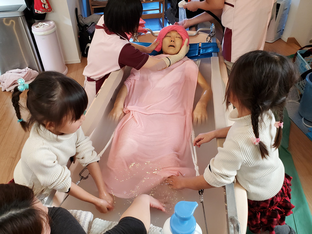 娘たちも手伝って、入浴をした=2020年1月21日、家族提供