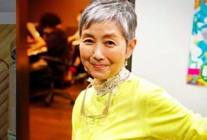 黄色の服に映えるグレーヘア=2021年6月撮影、手塚理美さん提供