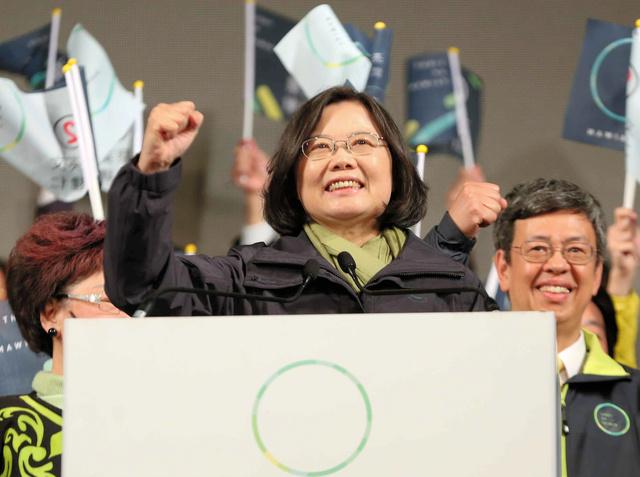 2016年の総統選で勝利宣言をする民進党の蔡英文氏=台北市、林敏行撮影