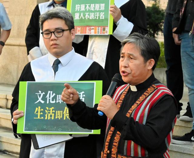 憲法裁の前で先住民の権利をめぐる憲法解釈について会見する先住民の男性(右)や弁護士ら=5月7日、台北市、石田耕一郎撮影