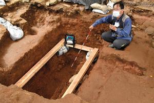 天正遣欧使節の一人、千々石ミゲルの可能性がある人骨が見つかった墓の発掘調査現場=長崎県諫早市