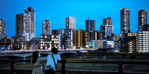 多摩川の対岸からのぞむ武蔵小杉駅周辺の高層ビル群=2020年5月17日、東京都大田区