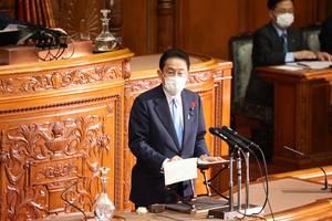 参院本会議で、立憲民主党の福山哲郎幹事長の代表質問に答弁する岸田文雄首相=2021年10月12日午前10時34分、上田幸一撮影