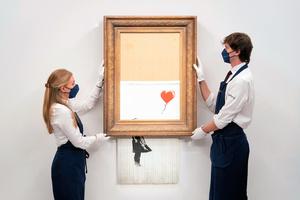 バンクシーの作品「愛はごみ箱の中に」=AP通信