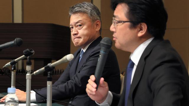 衆院選不出馬の記者会見に臨む無所属の古本伸一郎氏(左)。右はトヨタ自動車労働組合の西野勝義委員長=2021年10月14日午後7時9分、愛知県豊田市、岩下毅撮影