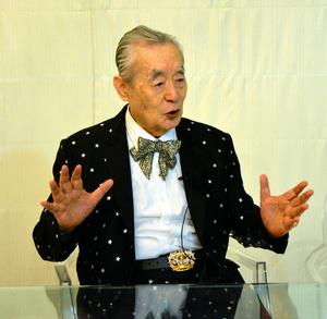 インタビューに答えるドクター・中松さん=東京都内