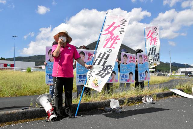 街頭で声を上げる米永淳子さん=2021年9月18日、鹿児島県鹿屋市大浦町、小瀬康太郎撮影