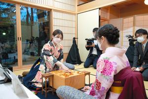 感想戦を行う西山朋佳女流三冠(左)と渡部愛女流三段(手前)=10月16日、奈良市、日本将棋連盟提供