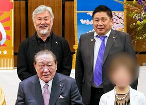 日大出身力士らへの化粧まわし贈呈式で記念撮影する田中英寿理事長(前列左)、理事の井ノ口忠男容疑者(後列右)、医療法人「錦秀会」前理事長の籔本雅巳容疑者(後列左)=2021年4月(日大HPから。画像の一部を加工しています)