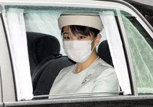 皇居に入る秋篠宮家の長女眞子さま=2021年10月17日午前9時42分、皇居・半蔵門、代表撮影