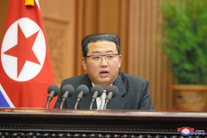 平壌で29日、最高人民会議(国会)第14期第5回会議の2日目会議で施政演説を行う金正恩朝鮮労働党総書記。朝鮮中央通信が配信した=朝鮮通信