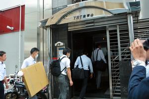 西山ファームの東京オフィスとされた事務所の捜索に入る捜査員ら=2019年5月、東京都港区南青山5丁目