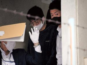 任意同行に応じる森本恭平容疑者(中央)=2021年10月16日午後4時42分、兵庫県西宮市、岩本修弥撮影