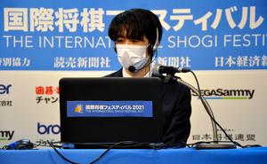 オンラインで台湾のアマチュア強豪と対戦する藤井聡太三冠=2021年10月17日、日本将棋連盟提供