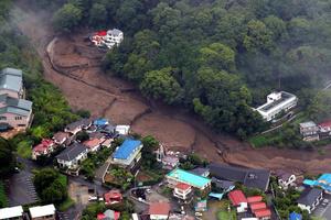 大雨の影響で土石流が発生した現場=2021年7月3日午後5時19分、静岡県熱海市、朝日新聞社ヘリから、池田良撮影